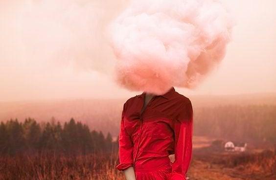 Mulher com nuvem rosa no lugar da cabeça