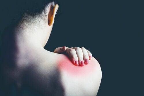 Mulher sentindo as dores da fibromialgia