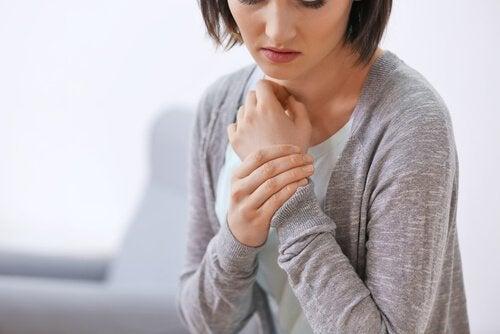 Mulher com dor nas articulações