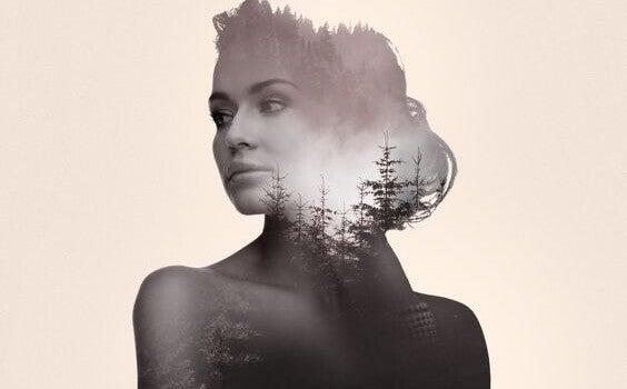 Mulher com imagens de floresta