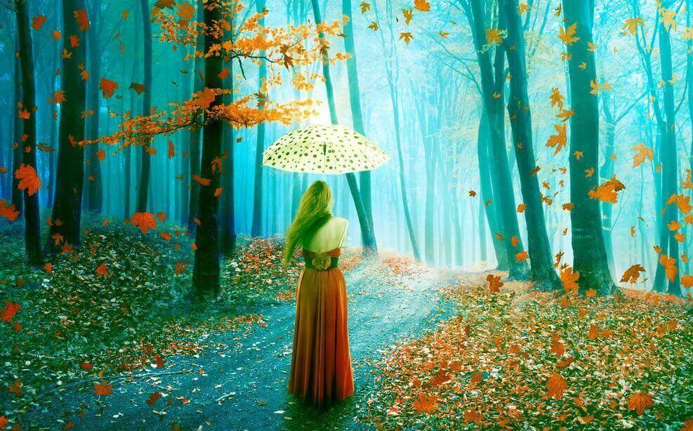 Mulher caminhando em floresta no outono