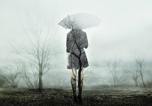 Mulher com guarda-chuva no outono