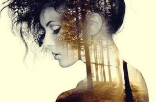 Mulher que aproveita seus momentos de solidão