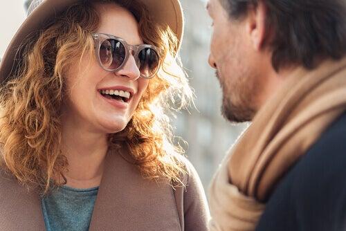 Mulher de óculos conversando com homem