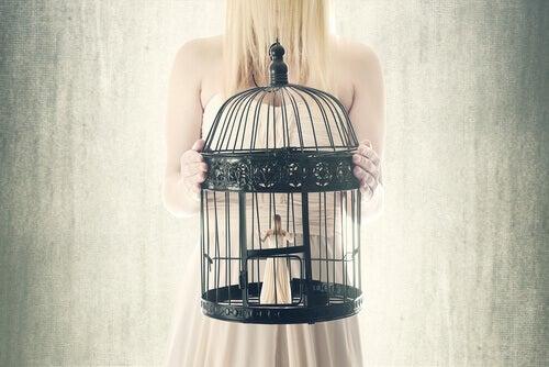 Mulher presa em gaiola