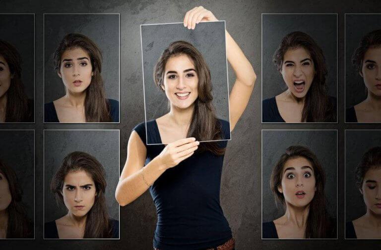 Mulher com várias fotos suas