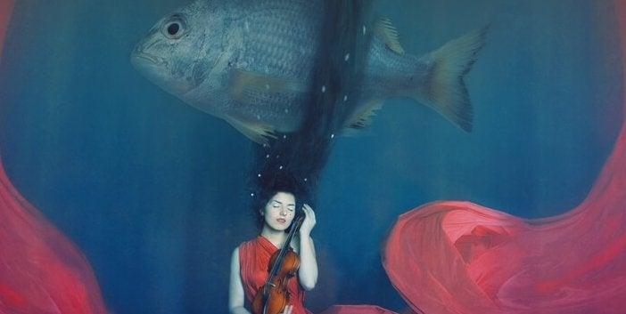 Mulher diante de peixe