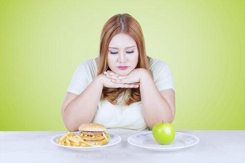 Mulher decidindo o que comer