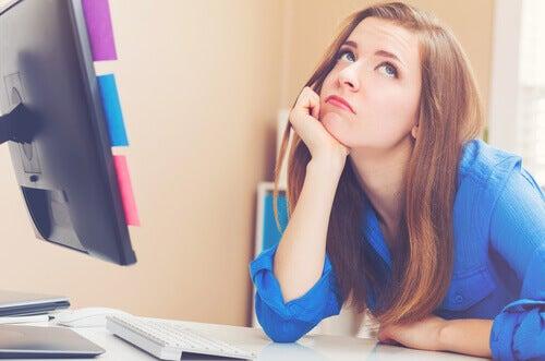 Mulher entediada no trabalho