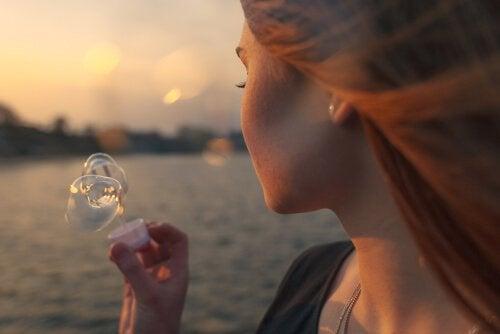 Mulher soprando bolhas de sabão