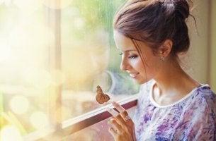 Mulher descobrindo o sentimento de felicidade