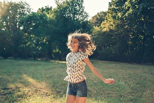 Mulher pulando feliz em jardim