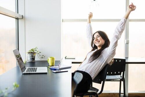 Mulher feliz em seu trabalho