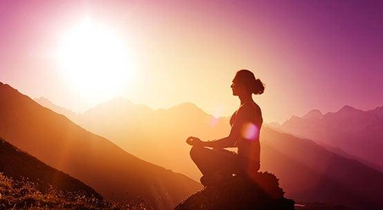 Mulher meditando em meio à natureza
