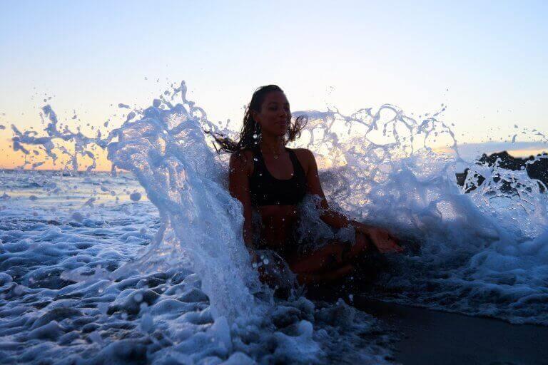Mulher meditando no mar