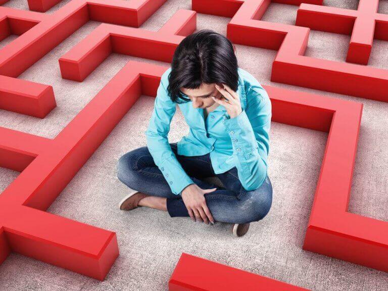 Mulher presa em labirinto
