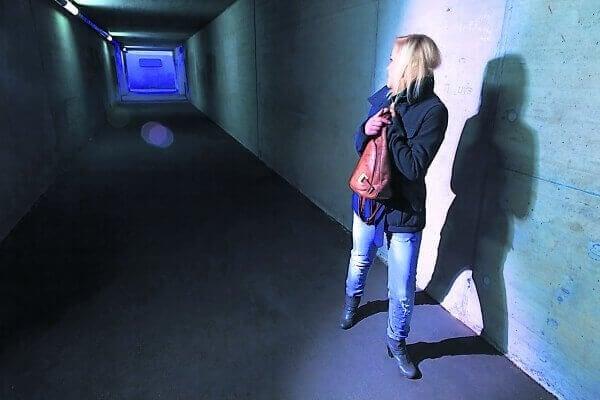 Mulher preocupada em corredor