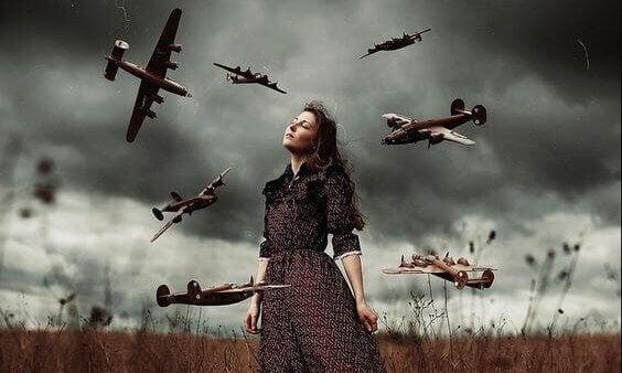 Mulher com aviões voando ao seu redor