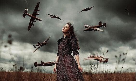 Mulher rodeada de pequenos aviões