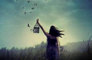 Mulher que sofre de solidão acompanhada