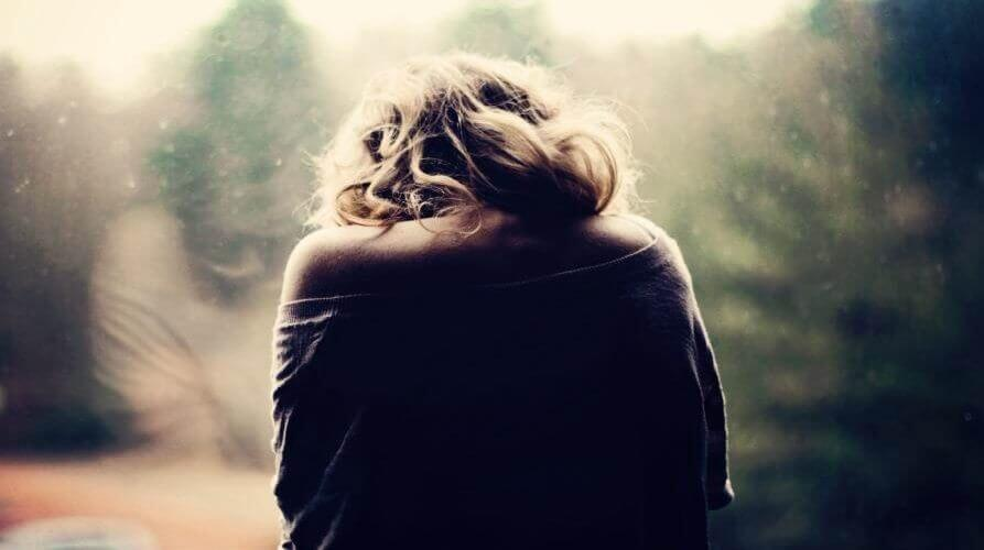 Mulher triste tentando superar o luto