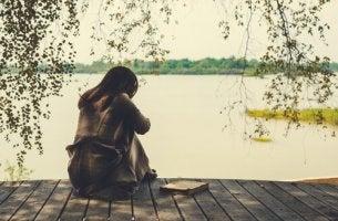Mulher enfrentando luto no término de um relacionamento