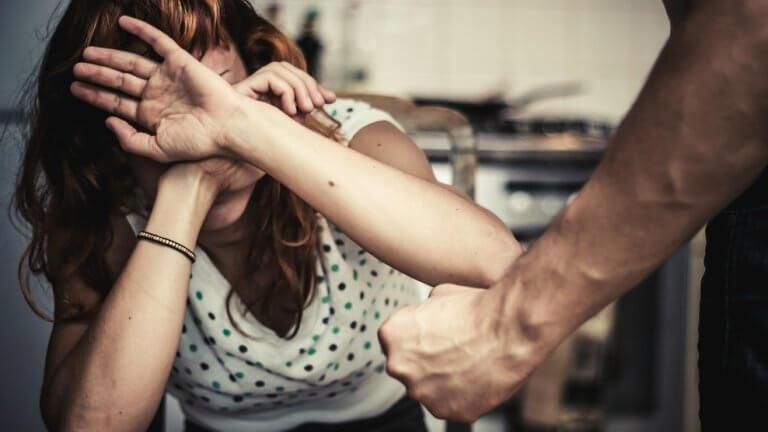 Mulher sendo agredida por homem