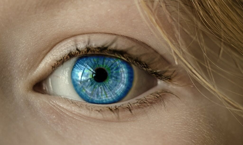 Olho azul de mulher loira