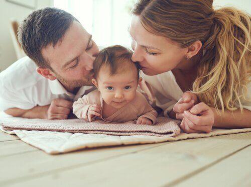 Pais beijando seu filho bebê