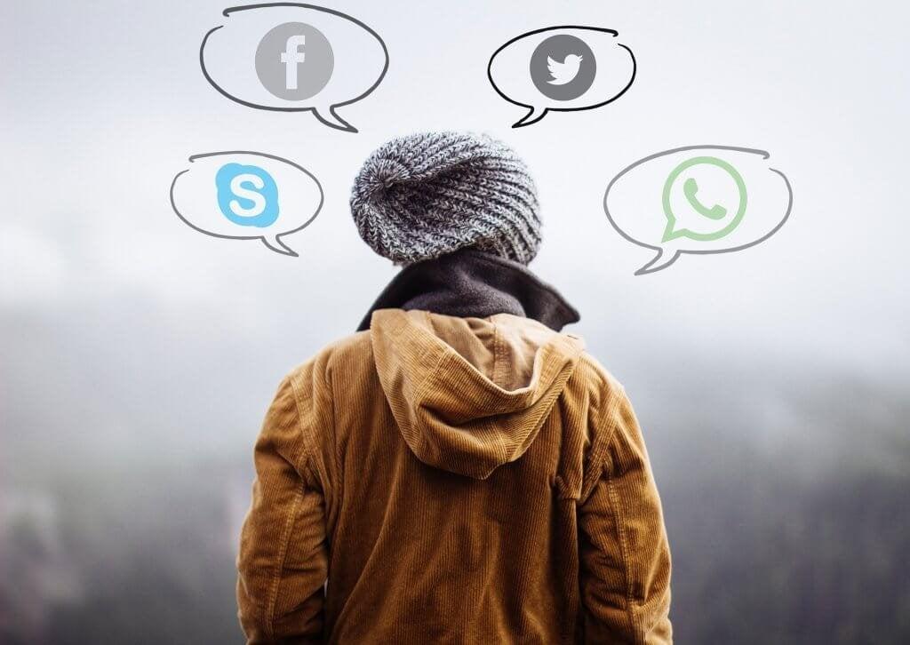 Pessoa pensando nas suas redes sociais