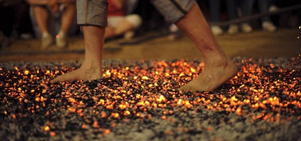 Firewalking: caminhar sobre brasas