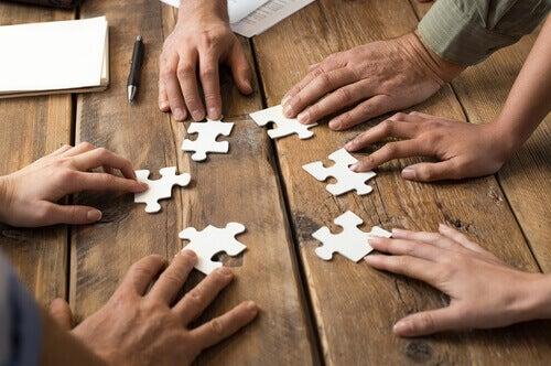 Pessoas montando quebra-cabeças juntas