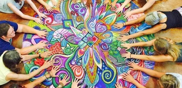 Pessoas unidas por causa da arte