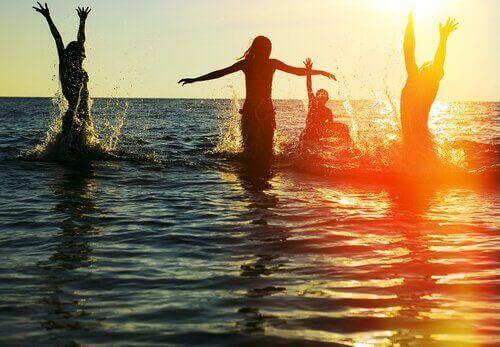 Amigos brincando no mar