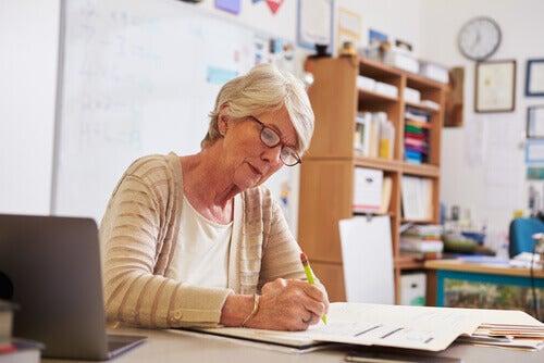 Professora corrigindo provas de alunos