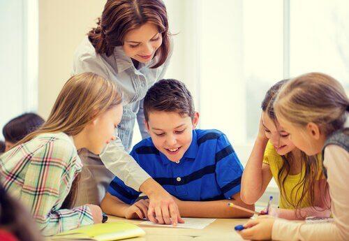 Professora ensinando aluno