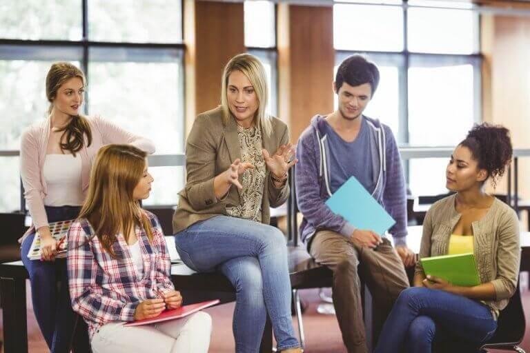 Psicóloga educacional conversando com grupo