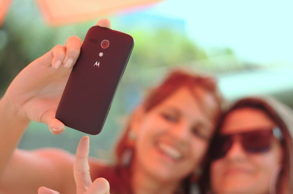 Amigas tirando selfie com o celular