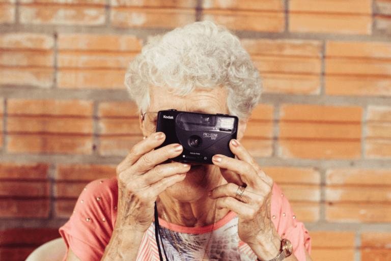 Senhora idosa tirando foto