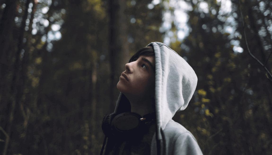 Menino adolescente em meio à natureza