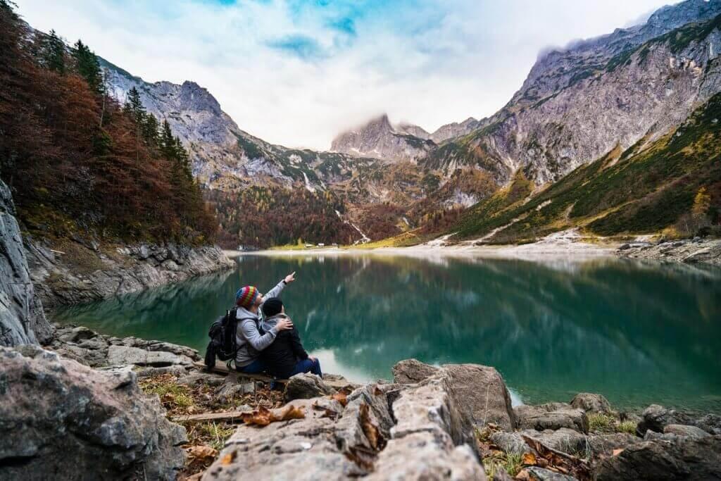 Casal em lago montanhoso