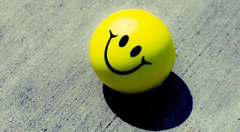 Bolinha amarela com sorriso