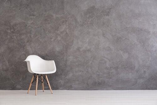 Cadeira branca em sala vazia