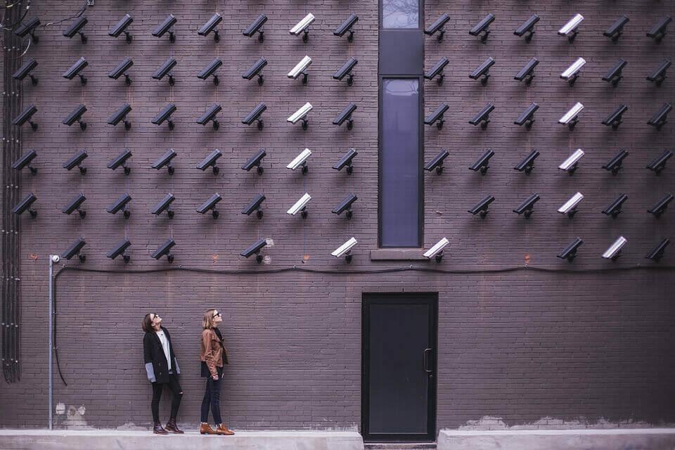 Câmeras vigiando pessoas