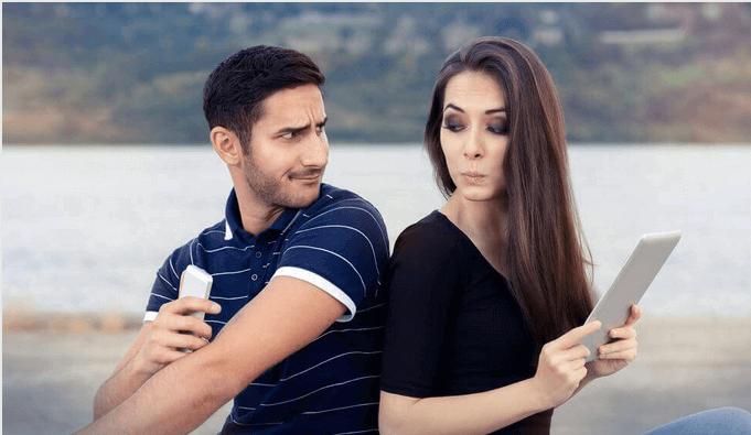 Casal brigando por dispositivos eletrônicos