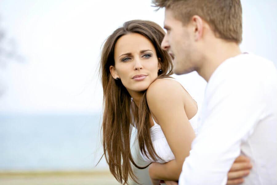 Casal conversando vestido de branco