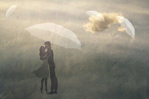 Casal se beijando sob um guarda-chuva
