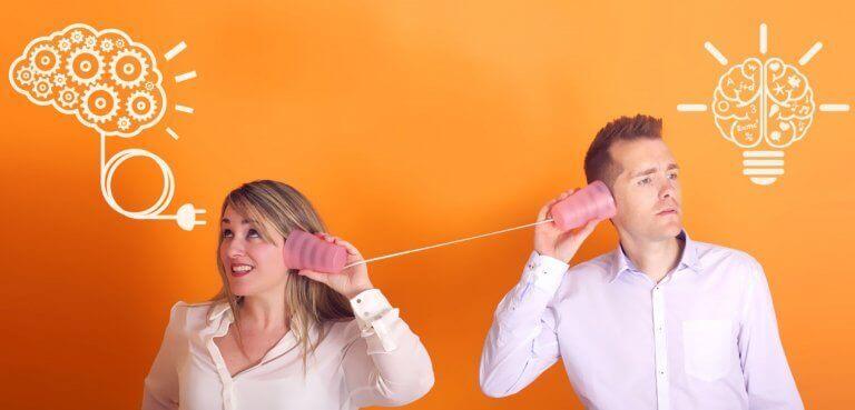 Casal se comunicando por telefone sem fio