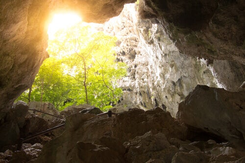 Sol visto de uma caverna