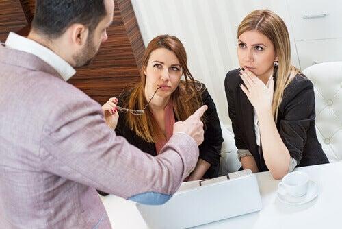 Pessoas discutindo no trabalho